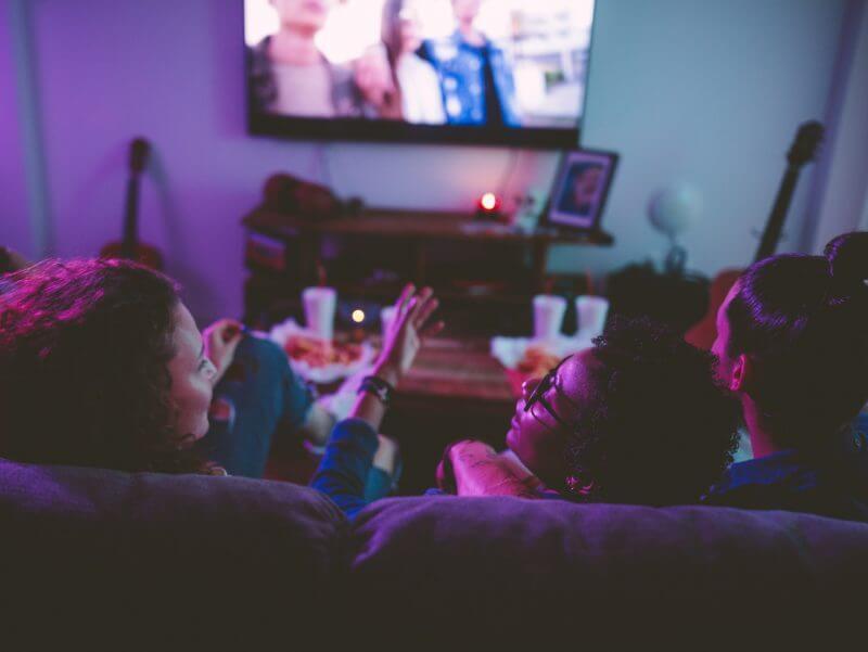 Telekom Glattvision Menschen Sofa Fernsehen